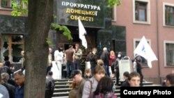 Донецк қаласындағы прокуратура ғимаратының алдында тұрған ресейшілдер. Украина, 1 мамыр 2014 жыл.