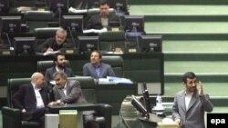 جنگ فرسايشى اكثريت اصولگراى مجلس عليه دولت احمدى نژاد، كه در دور اول رياست جمهورى به سود احمدى نژاد به پايان رسيده بود، از نخستين روز دومين دوره رياست جمهورى او از سرگرفته شد.