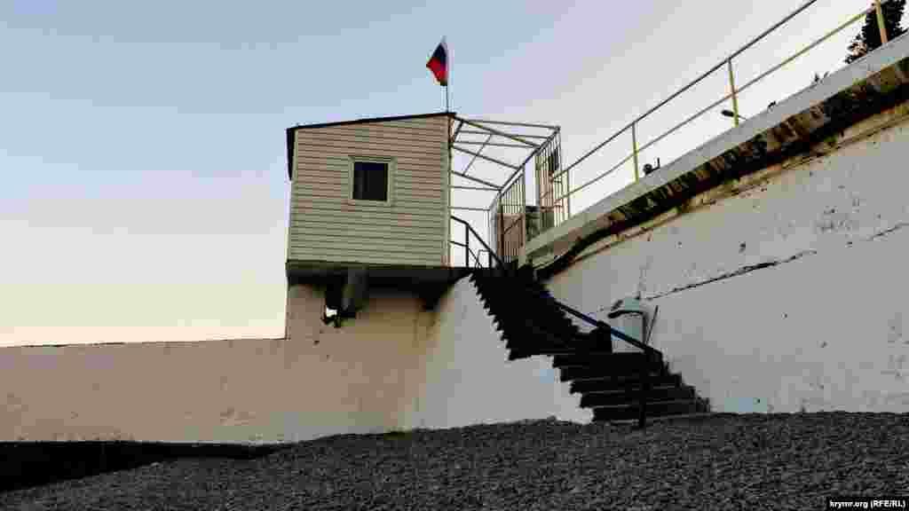Российский флаг установлен на спасательном посту на пляже