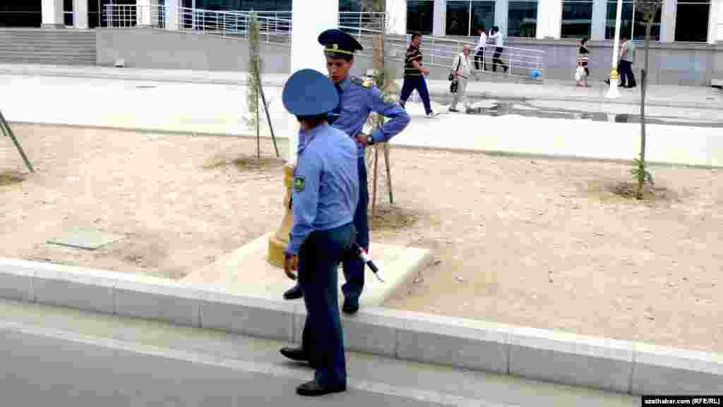 Aşgabadyň Oguzkent köçesiniň ugrunda ýol gözegçilik gullugynyň işgärleri sürüjileri saklaýarlar