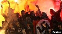 Российские болельщики с нацистским флагом на матче «Шинника» против «Спартака». Ярославль, 30 октября 2013 года.