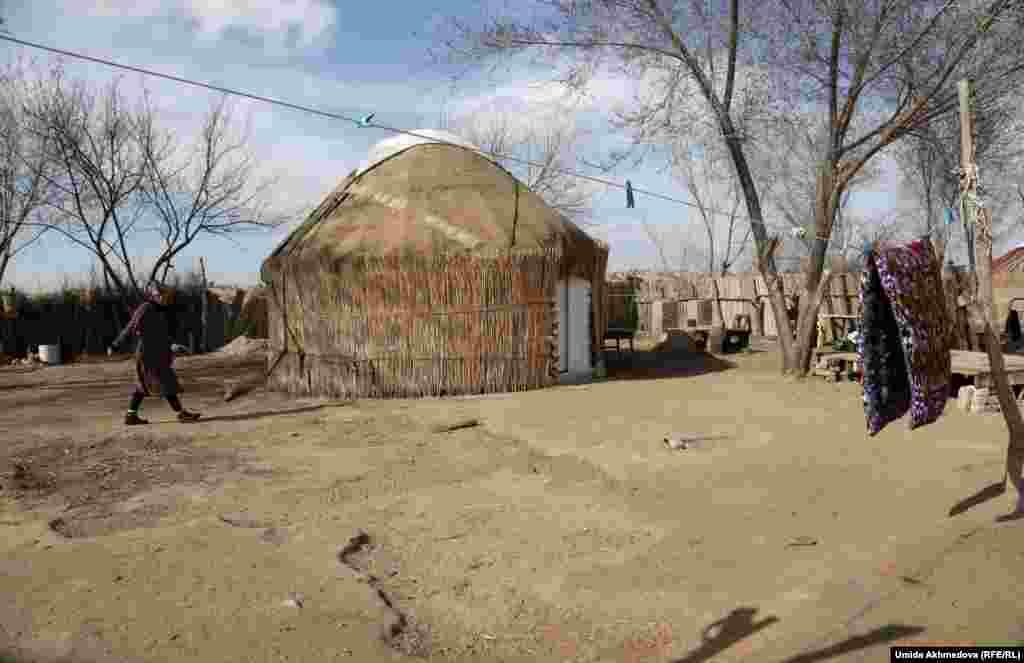 Этническая казашка Бибигуль в своем дворе. Бибигуль говорит, что летом ставит юрту у дома. На съемки казахского аула у компрессорного завода, который давно заброшен, выставлено много ограничений. Это объясняют близостью государственной границы.