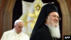 Papa Françesk (majtas) dhe patriarku Bartholomew në Stamboll