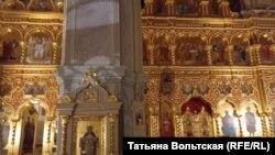 Внутреннее убранство храма Святой Троицы на Октябрьской набережной