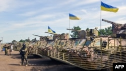 Бронетранспортери в штаб-квартирі українських військ під Ізюмом, 16 липня 2014 року