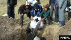 1916 жылғы үркіншілік кезінде сүйектері далада шашылып қалған құрбандарды жерлеу рәсімі. Қырғызстан, 30 шілде 2006 жыл.