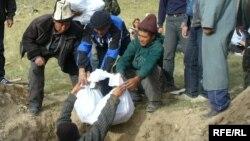 2006-жылы Бедел ашуусуна экспедиция барып, Үркүндө Кытайга баратып өлгөндөрдүн сөөктөрүн жерге жашырып, эстелик коюп кайткан.