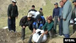 Погребение оставшихся в горах останков людей, погибших во время событий 1916 года. Кыргызстан, 30 июля 2006 года.