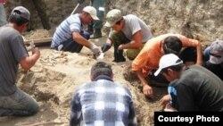 Қазақстандық археологтар. 2010 жылдың шілдесі. (Көрнекі сурет)