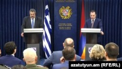 Armenia - The defense ministers of Armenia and Greece hold a joint news conference in Yerevan, 29 March 2018.