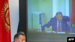 Kyrgyzstan -- Prezident Kurmanbek Bakiev gestures as he speaks during his visit to the parliament in Bishkek, 14Sep2006