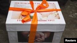 La un protest al mamelor la Alma Ata, un pachet trimis Ministerului Sănătății...