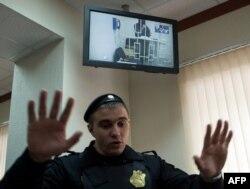 1 апреля, Шагид Губашев (на экране) и судебный пристав в Мосгорсуде