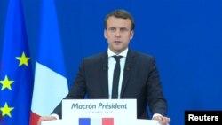 Эммануэль Макрон выступает перед избирателями 23 апреля