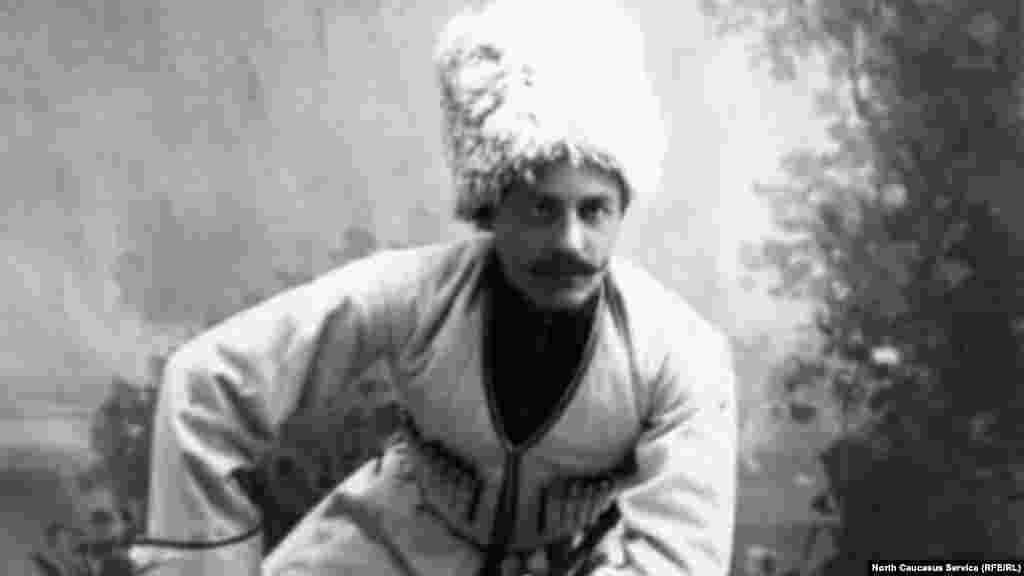 Черкеска у кавказских горцев и казаков – это узкий длинный кафтан, затянутый в талии, без ворота и с клинообразным вырезом на груди.