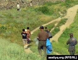 Қоқыс төгетін полигонды ақтарып жүргендер арасында оралмандар да кездеседі. Алматы облысы, Қарасай ауданы, 7 маусым 2011 жыл.