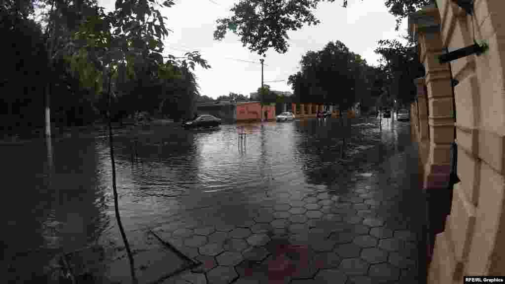 Наслідки сильної зливи на Французському бульварі