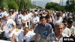 Уйгуры Алматы проводят поминки по своим соотечественникам в Синьцзяне. Алматы, 10 июля 2009 года.