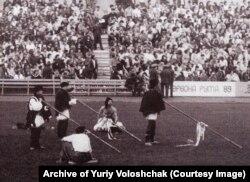 Відкриття фестивалю «Червона рута» відбулося під звуки трембіт та із міліціонерами біля трибун стадіону. Чернівці, 17 вересня 1989 року