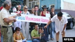 Художник Канат Ибрагимов снимает с себя одежду в знак протеста. Алматы, 24 августа 2009 года.