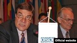 Вице-президент ОБСЕ Киммо Кильюнен (слева) открывает семинар в Вене