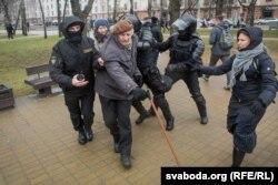 Спэцназаўцы затрымліваюць Яна Грыба 25 сакавіка 2017 году. Побач зь ім Алена Талстая.