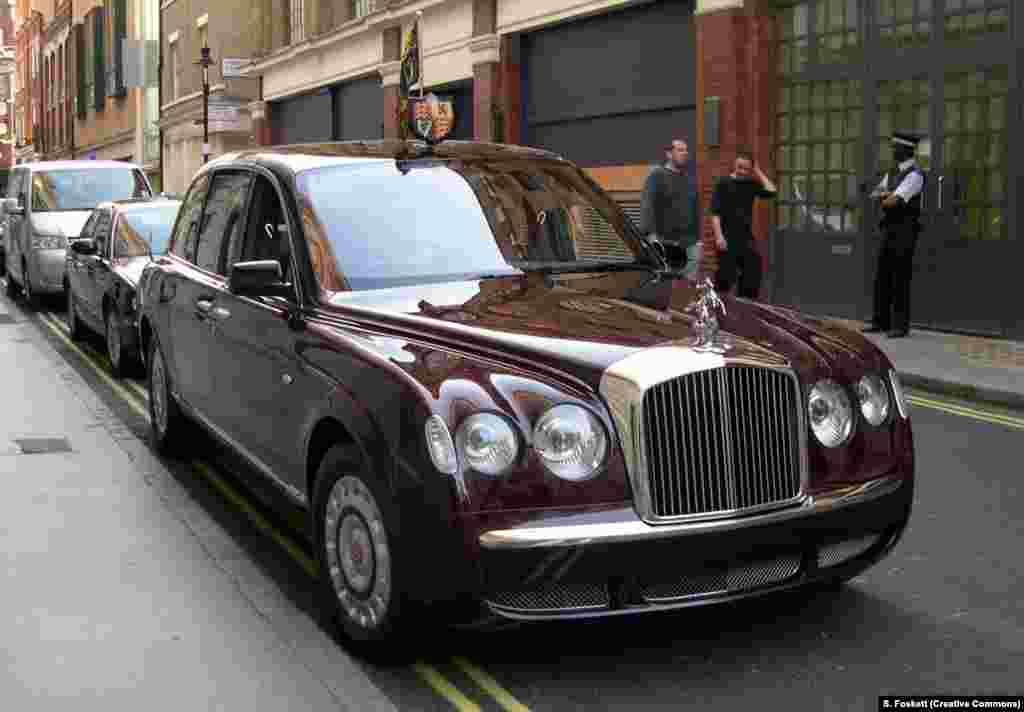 Лімузін Bentley State — службовы аўтамабіль каралевы Лізаветы II. Дзьве мадэлі гэтай машыны выпушчаныя ў 2002 годзе. На абедзьвюх замест стандартнай эмблемы Bentley ёсьць фігуркі сьвятога Юр'я, які забівае цмока. Шыны «панцырныя» (узмоцненыя кеўларам).