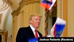 Donald Trump prije nekoliko dana na Kapitol hilu kada ga je demonstrant zasipao ruskim zastavicama