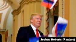 Президент США Дональд Трамп реагує на кидання в нього російських прапорців із вписаним у них своїм прізвищем, Вашингтон, США, 24 жовтня 2017 року
