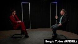 Jurnalista Natalia Morari și unul dintre oaspeții emisiunii - Teodor Cârnaț