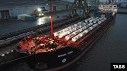 """Разгрузка судна """"Михаил Дудин"""", на борту которого 600 тонн """"урановых хвостов"""""""