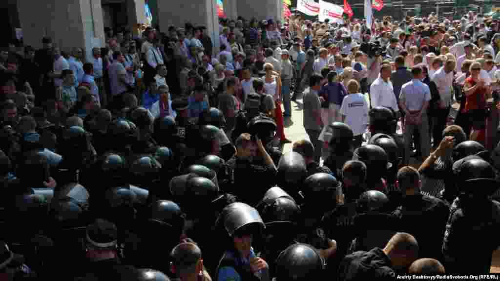 Силовики з підрозділу «Беркут» і учасники «Мовного майдану». Київ, 4 липня 2012 року