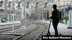 Zaustavljanjem rada francuskih željeznica i pariškog metroa štrajk bi mogao zalediti većinu usluga u zemlji.