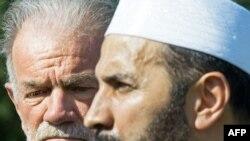 امام محمد موصری، روحانی مسلمان در کنار تری جونزی