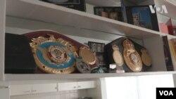 Тарас Шелестюк показує свої боксерські пояси