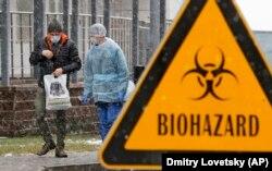 Біля інфекційної лікарні імені Боткіна, в якій ізолюють можливих заражених коронавірусом, Санкт-Петербург, 16 березня 2020 року