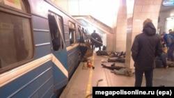 """Фото megapolisonline.ru опубликованное в """"Контакте"""". Жертвы в метро вскоре после взрыва. Санкт-Петербург, 3 апреля, 2017 года"""