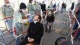 Медработник в Германии демонстрирует, как берут мазок на коронавирус в специальном тест-центре для сотрудников государственных служб