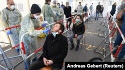 Cum se recoltează testele pentru depistarea infecțiilor cu coronavirus. Un medic german face o demonstrație