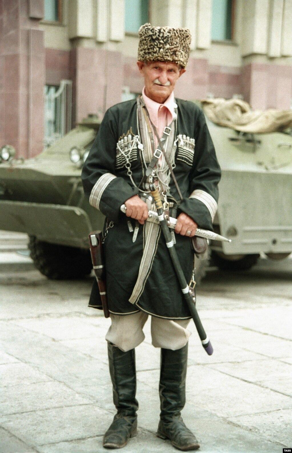 """Шешенстан тұрғыны. 1994 жылы түсірілген сурет. Кремль Ресей билігімен келіспеген шешендерге қатты қысым жасады. Александр Солженицын ГУЛАГ-та бір камерада отырған шешенді шешендер """"Совет одағының айтқанына көнбей қойды"""" деп жазды."""