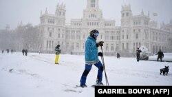 Egy férfi síel a Cibeles téren 2021. január 9-én, Madridban.