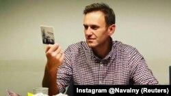 Жақтастарынан келген хаттарды оқып жатқан Алексей Навальный. 18 қазан 2020 жыл.