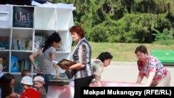 Читатели и сотрудники мобильной библиотеки. Алматы, 12 июля 2012 года.