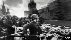 Советтик аскерлер нацисттик Германиянын тууларын Кызыл аянтта Лениндин мавзолейинин алдына таштоодо. Москва. 24-июнь, 1945-жыл.