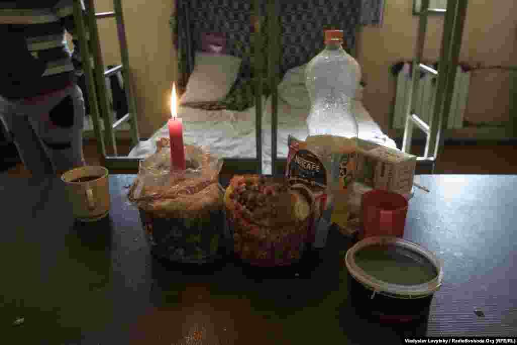У багатьох камерах на столах була зібрана святкова трапеза