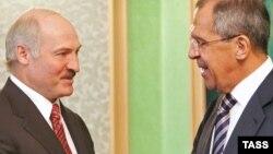 Глава МИД России Сергей Лавров (справа) и президент Белоруссии Александр Лукашенко