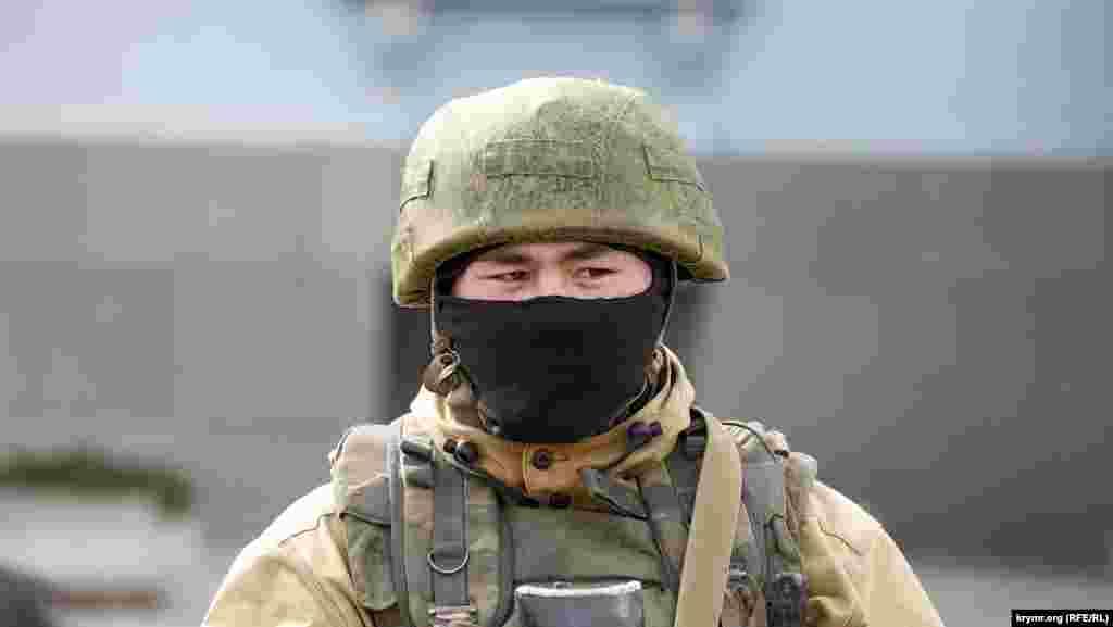 Типичный сын Тавриды… Смешно, но даже спустя несколько дней в Крыму те двое или трое российских военнослужащих, к которым по недосмотру «самообороны» удалось прорваться журналистам, все еще яростно отрицали свою принадлежность к великой державе, при этом очень нелепо пытаясь выкрутиться. И только где-то под Керчью жизнерадостный солдатик восточной наружности гордо,признался, что он россиянин. Похоже, что единственная возможность у уроженцев окраин соседней империи почувствовать себя россиянами – принять участие в военных операциях российской власти.