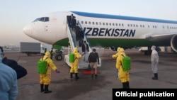 Ўзбекистонлик шифокорлар Хитойдан чартер рейси билан келганларни кутиб олмоқда.