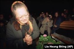 Žena u Litvaniji oplakuje smrt rođaka kojeg su ubile sovjetske trupe u Vilnjusu u januaru 1991.