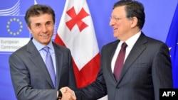 """Глава Еврокомиссии Жозе Мануэл Баррозу (справа) и экс-премьер Грузии, лидер коалиции """"Грузинская мечта"""" Бидзина Иванишвили"""